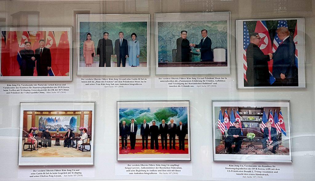 Keine Fake News sondern der mächtigste Schaukasten der Welt vor der nordkoreanischen Botschaft.