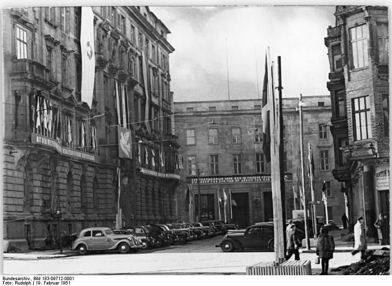 Illus Rudolph Hein-We 19.2.1951 Berlin für die Plenartagung des Weltfriedensrates geschmückt UBz: Das Gebäude des Komitees der Kämpfer für den Frieden, Berlin, Taubenstrasse 1-2, im Festschmuck