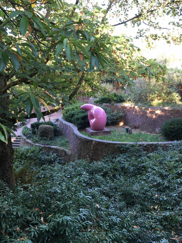 """Soft inverted Q"" von Claes Oldenburg im Skulpturengarten des Museums Abteiberg (Foto: Simone Heuken)"