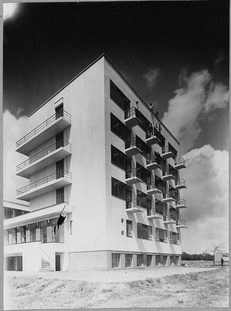 1926 Bauhausgebäude Dessau, Architekt Walter Gropius, Ansicht von Südwesten. (Foto: Stiftung Bauhaus Dessau (Besitz Scan) / © (Consemüller, Erich) Consemüller, Stephan (Eigentum Original Vintage Print)