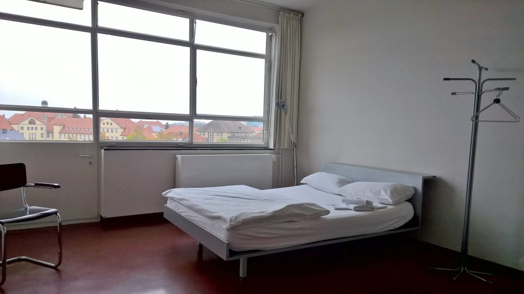 Wo früher die Bauhaus-Studenten schliefen, darf man heute als Tourist übernachten (Foto: Schoenebeck)